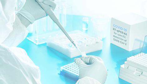 medico analizando prueba molecular